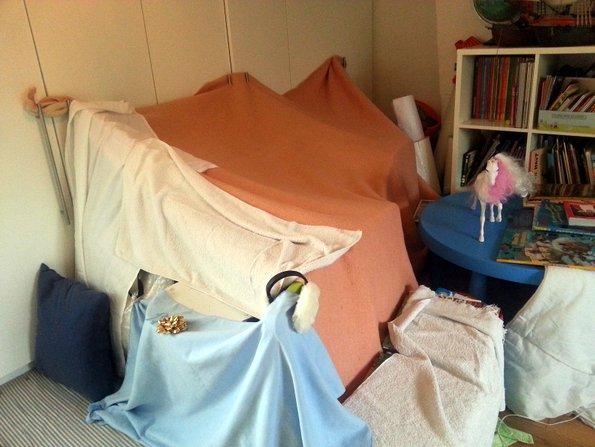 La cabane au fond de la chambre mon blog de maman - Comment faire une cabane dans sa chambre ...